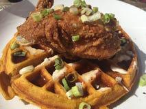 Gaufre de poulet frit et de patate douce Images stock