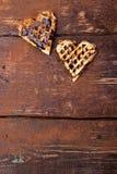 Gaufre deux en forme de coeur belge avec du chocolat sur le fond en bois Configuration plate Copiez l'espace Image libre de droits