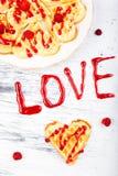 Gaufre en forme de coeur belge sur le fond blanc Amour de Word fait par la confiture Photo libre de droits
