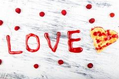 Gaufre en forme de coeur belge sur le fond blanc Amour de Word fait par la confiture Image libre de droits
