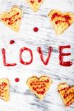 Gaufre en forme de coeur belge sur le fond blanc Amour de Word fait par la confiture Photos stock