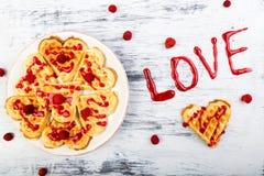 Gaufre en forme de coeur belge sur le fond blanc Amour de Word fait par la confiture Photos libres de droits