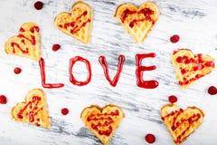 Gaufre en forme de coeur belge sur le fond blanc Amour de Word fait par la confiture Photographie stock libre de droits