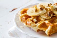 Gaufres avec la banane et le miel d'écrous Image stock