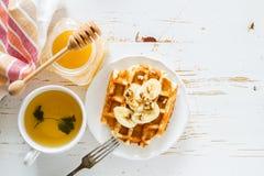 Gaufres avec la banane et le miel d'écrous Images libres de droits