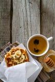 Gaufres avec la banane et le miel d'écrous Photos stock