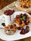 Gaufres avec la cerise et la crème au chocolat Photo libre de droits