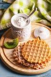 Gaufres avec une poudre de sucre et morceaux de kiwi Photos stock