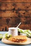 Gaufres avec une poudre de sucre et morceaux de kiwi Photographie stock libre de droits