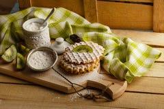 Gaufres avec une poudre de sucre et morceaux de kiwi Photos libres de droits