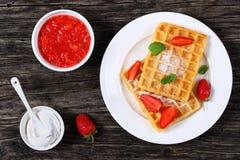 Gaufres belges avec des fraises Images libres de droits