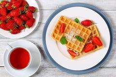 Gaufres belges avec des fraises Images stock