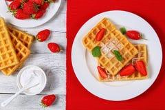 Gaufres belges avec des fraises Photos libres de droits