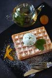 Gaufres belges avec du chocolat en bon état Chip Ice Cream et le thé en bon état Photos stock