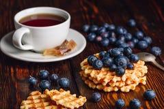Gaufres belges avec la myrtille et la tasse de thé Photos libres de droits
