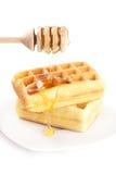 Gaufres belges d'un plat, de bâton pour le miel et de miel Image stock