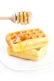 Gaufres belges d'un plat et d'un miel Images stock