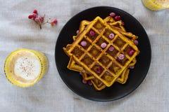 Gaufres belges de potiron avec du miel et viburnum et un latte de potiron photo libre de droits