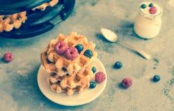 Gaufres belges faites maison avec des fruits, des myrtilles, des framboises et le yaourt de forêt Photo stock