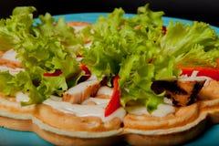 Gaufres belges faites maison avec le filet de poulet, pour le petit déjeuner sur un fond noir image stock