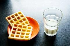 Gaufres d'un plat avec une tasse de lait Photos libres de droits