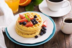 Gaufres de petit déjeuner avec les baies fraîches Photo libre de droits