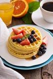 Gaufres de petit déjeuner avec les baies fraîches Photos libres de droits
