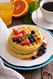 Gaufres de petit déjeuner avec les baies fraîches Photographie stock libre de droits