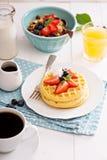Gaufres de petit déjeuner avec les baies fraîches Image stock