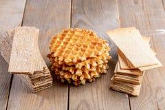 Gaufres douces rondes de calorie et pains croustillants sains de grain sur la table en bois photos libres de droits