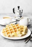 Gaufres du plat blanc, café, sauce-bateau avec du chocolat sur un l Photographie stock libre de droits