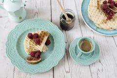 Gaufres en forme de coeur belges molles avec des framboises et des figues, couvertes du miel du plat de bleu de turquoise Photographie stock libre de droits