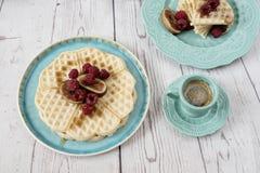 Gaufres en forme de coeur belges molles avec des framboises et des figues, couvertes du miel du plat et du café de bleu de turquo Images libres de droits