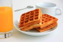 Gaufres et jus pour le petit déjeuner Image stock
