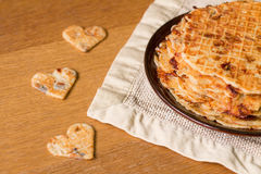 Gaufres faites maison aux oignons, aux champignons de paris et au fromage frits Photos libres de droits