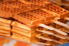 Gaufres fraîchement cuites au four sur un bâton, dessert savoureux Photographie stock libre de droits