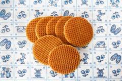 Gaufres hollandaises sur le fond de bleu de Delft Photographie stock libre de droits