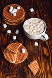 Gaufres néerlandaises avec du café et la guimauve Photo libre de droits