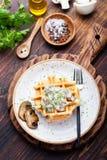 Gaufres savoureuses avec la vue supérieure de sauce crémeuse à champignon photos stock