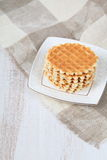 Gaufres savoureuses d'un plat blanc Photographie stock libre de droits