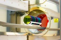 Gaufrette de silicium de chargement dans un four de four Photo libre de droits