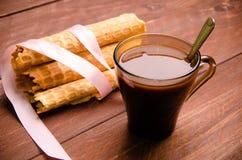 gaufrette tubulaire gaufres sur les conseils en bois Chocolat chaud image stock