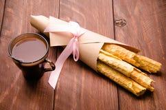 gaufrette tubulaire gaufres sur les conseils en bois Chocolat chaud Papier d'emballage photos libres de droits
