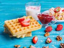 Gaufrettes avec des fruits et des baies sur une table en gros plan photo libre de droits