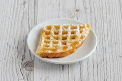 Gaufrettes avec du sucre en poudre couvert du miel d'un plat blanc o photos stock
