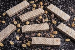 Gaufrettes d'écrou de chocolat sur une casserole plate en métal Images stock
