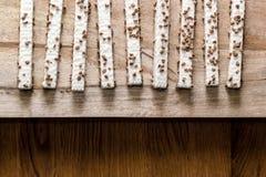 Gaufrettes de biscuit dans le lustre sur une table en bois image libre de droits