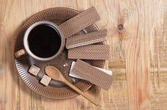 Gaufrettes et café de chocolat dans un plat images stock