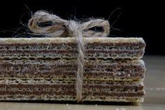 Gaufrettes savoureuses de chocolat Biscuits doux de dessert sur un kitche en bois photos stock