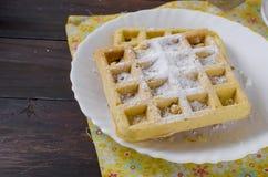 Gaufrettes viennoises avec la poudre de sucre photographie stock
